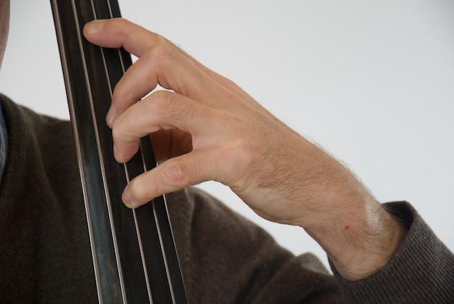 Nur 1. 2. und 4. Finger greifen jeweils Halbtöne - die Greifweise beim Kontrabass